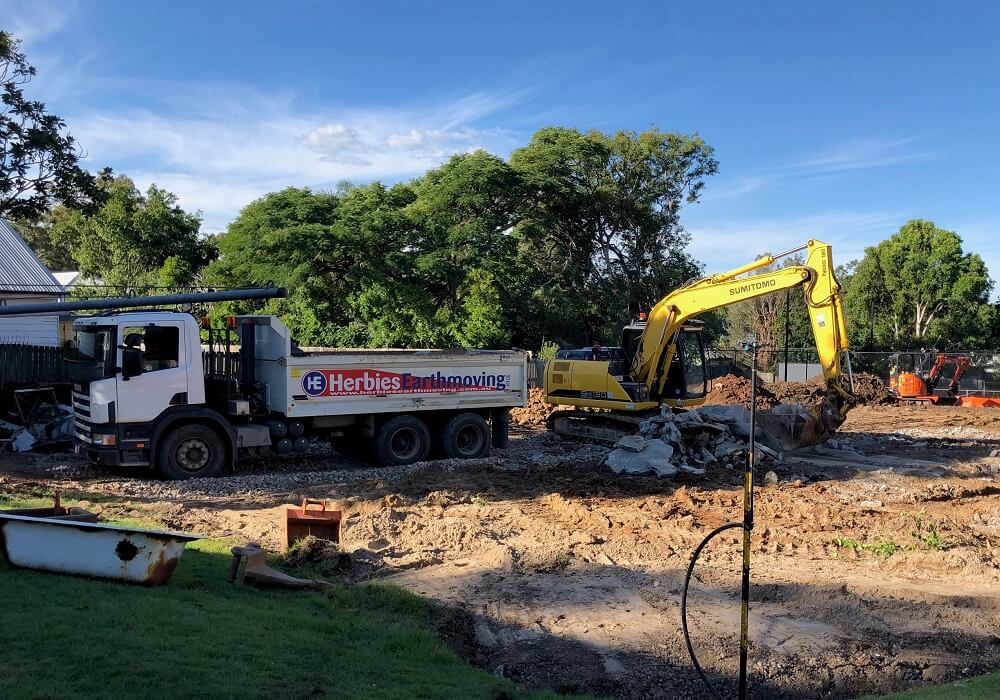 13T EXCAVATOR - LOADING TRUCK WITH CONCRETE