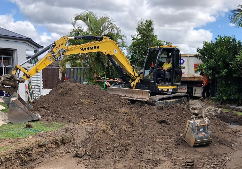 8T EXCAVATOR WITH TILT HITCH - DIGGING POOL